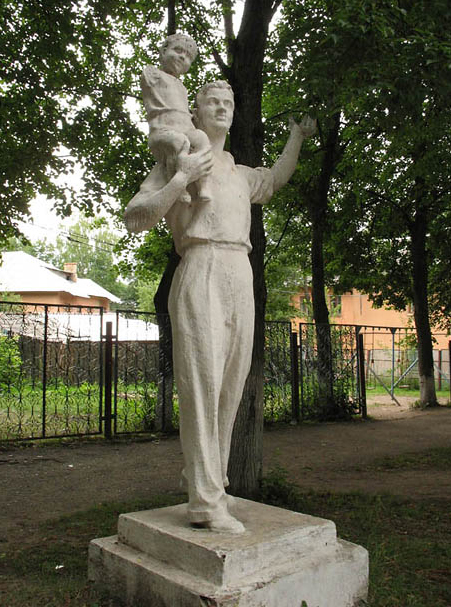 Скульптурное изображение отца в городе Липки. Фото: ru-monument.livejournal.com