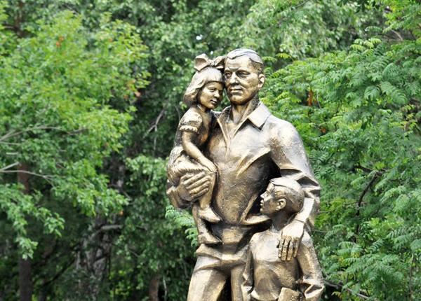 Памятник «Отцовство — это дар», г. Тюмень. Фото: Анатолий Меньшиков